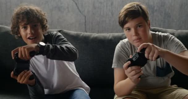 Két fiú videojátékok irányító a tartományvezérlők és a szórakozás