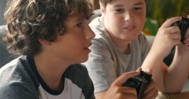 Momento di autentica tra due giovani amici che tiene il controller per videogiochi
