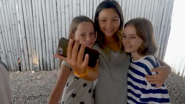 Tři různorodé multi etnické dívka přátelé s selfie s mobilním telefonem