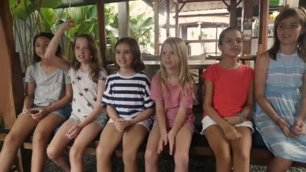 Heterogene Gruppe von Multi ethnischen junge Mädchen feiern und sagen: Ja