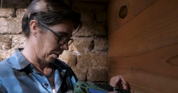 Mužské žena, příprava vrtání s vrtačkou