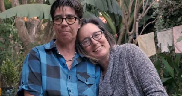 Momento di autentico tra una coppia lesbica che ride e che sorride insieme