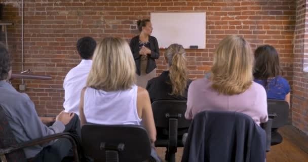 Podnikatelka psaní růst na bílou tabuli na seminář nebo obchodní setkání