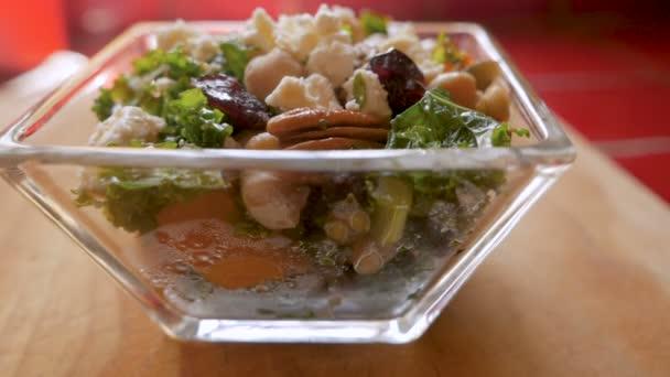 Az oldalon egy kelkáposzta-zöldség- és sajt saláta nyomja