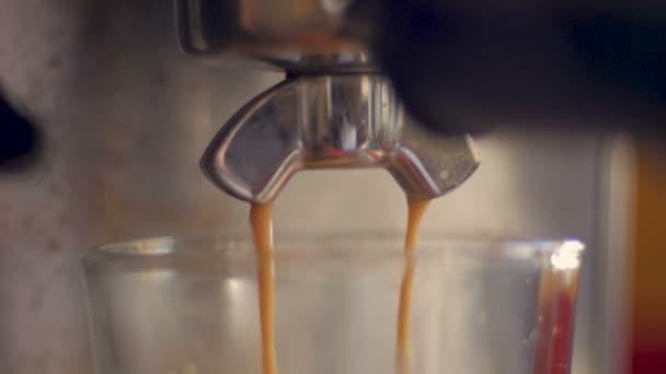 Forró friss Eszpresszó kávét csöpögött a tiszta pohár, egy gép befejező