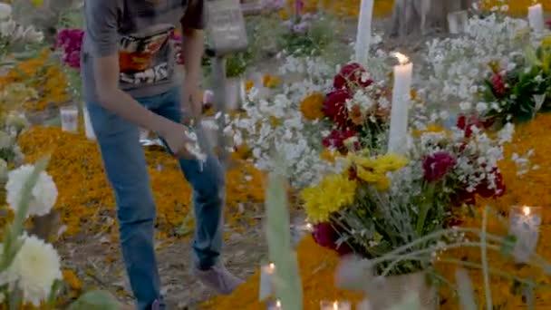 Teenager Anzünden von Kerzen an einem Grab zu ändern, für den Tag der Toten in Mexiko