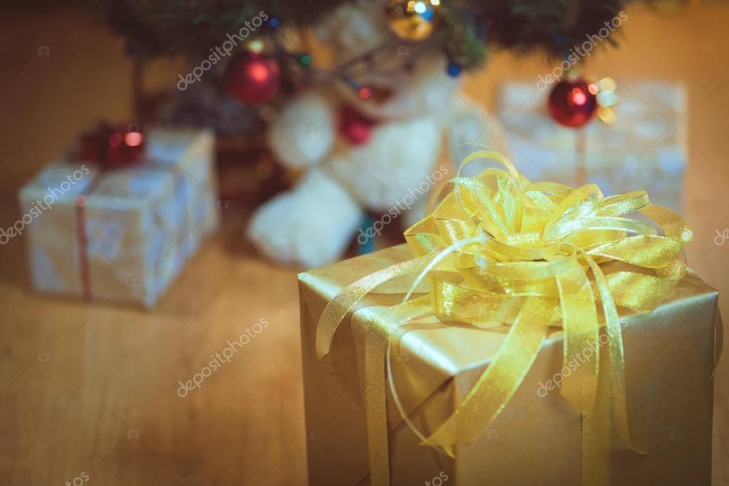 Klassische Weihnachten Geschenke Box präsentiert auf braunem Papier ...