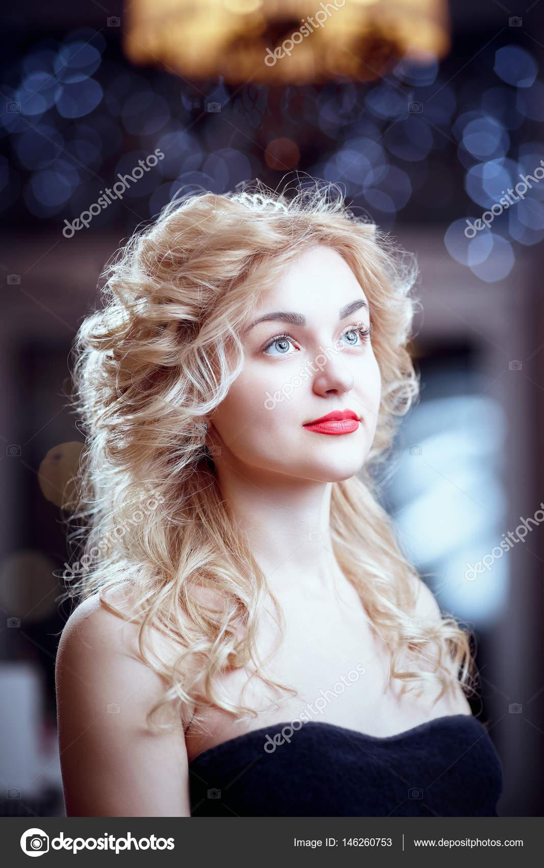 Cheveux Chatain Clair De Belle Fille Avec Une Coiffure Elegante