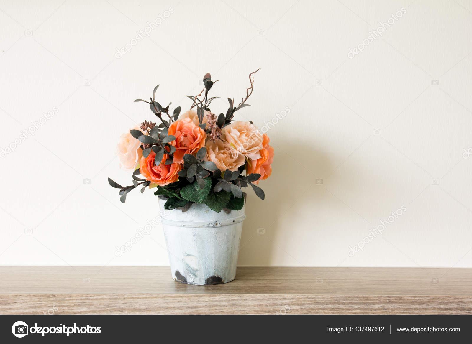 Fleur Artificielle Dans Le Pot Au Fond De La Table En Bois