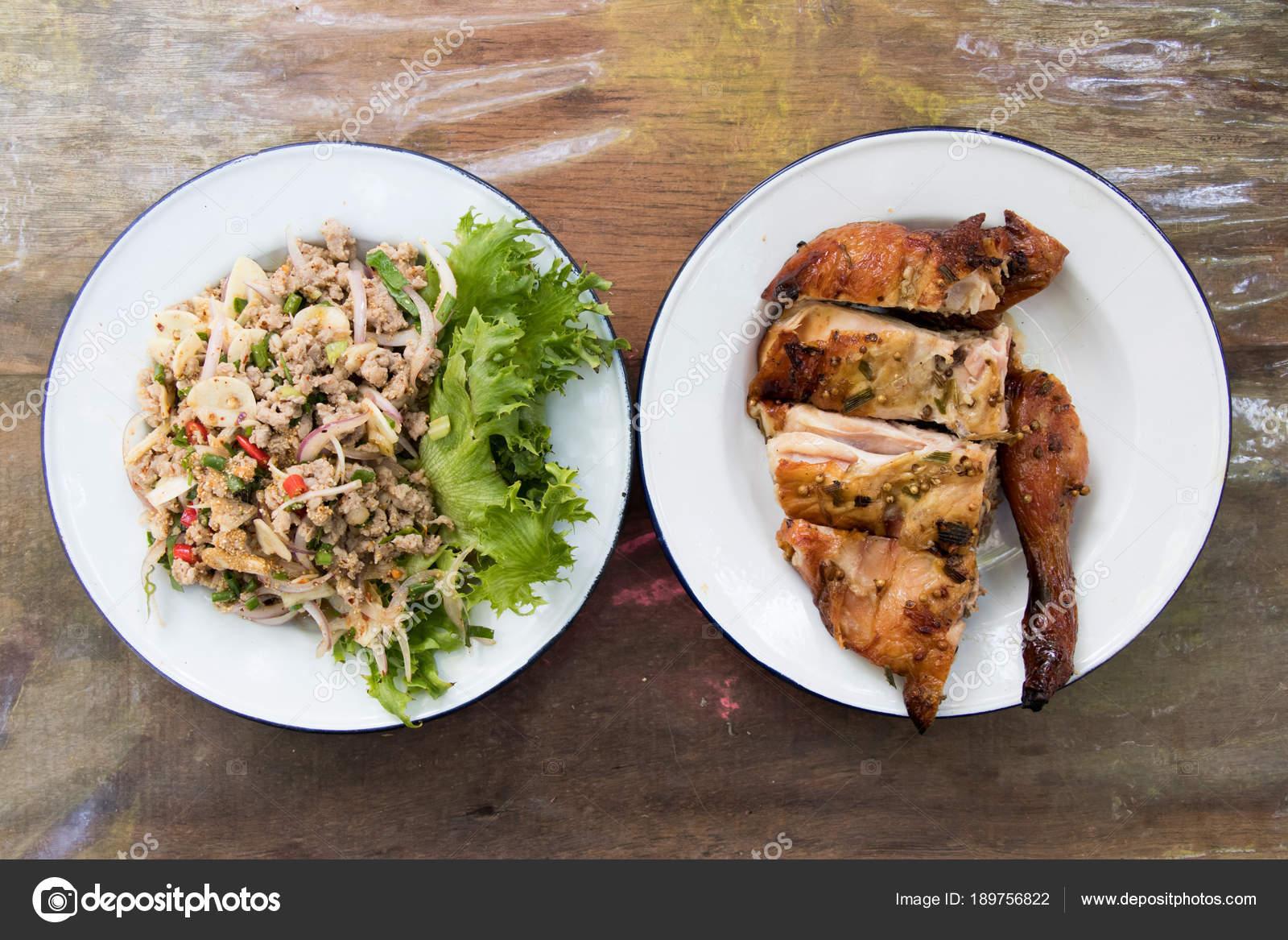 Draufsicht der Thai-Küche, das Huhn und würzig gegrillt werden ...