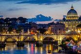 Most přes řeku Tiberu a Vatikán dome při západu slunce ve večerních hodinách v letní den v Římě