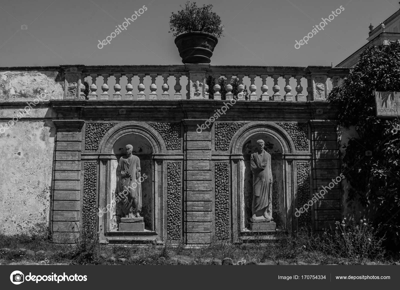 Antike Statuen In Den Zaun Mit Den Schritten In Der Villa Doria
