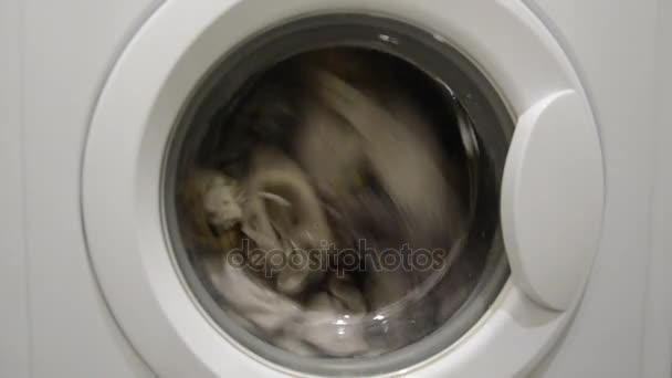 Pračka je praní špinavého prádla