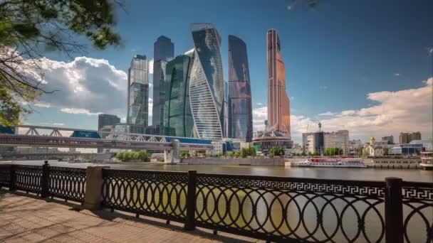 letní slunečný den Moskva moderní město u řeky zálivu panorama 4 k čas zanikla Rusko