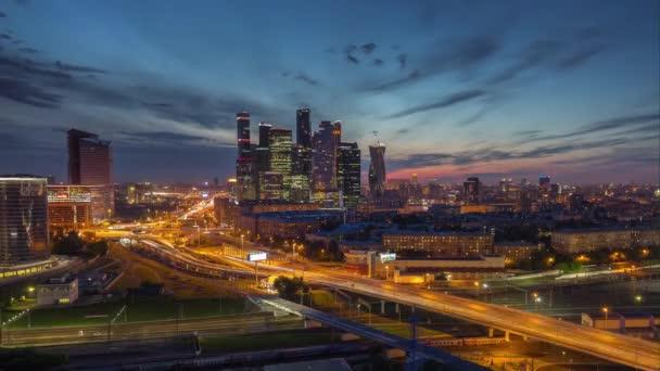 Západ slunce noční osvětlení Moskva moderní dopravní silniční letecké panorama města 4 k čas zanikla Rusko