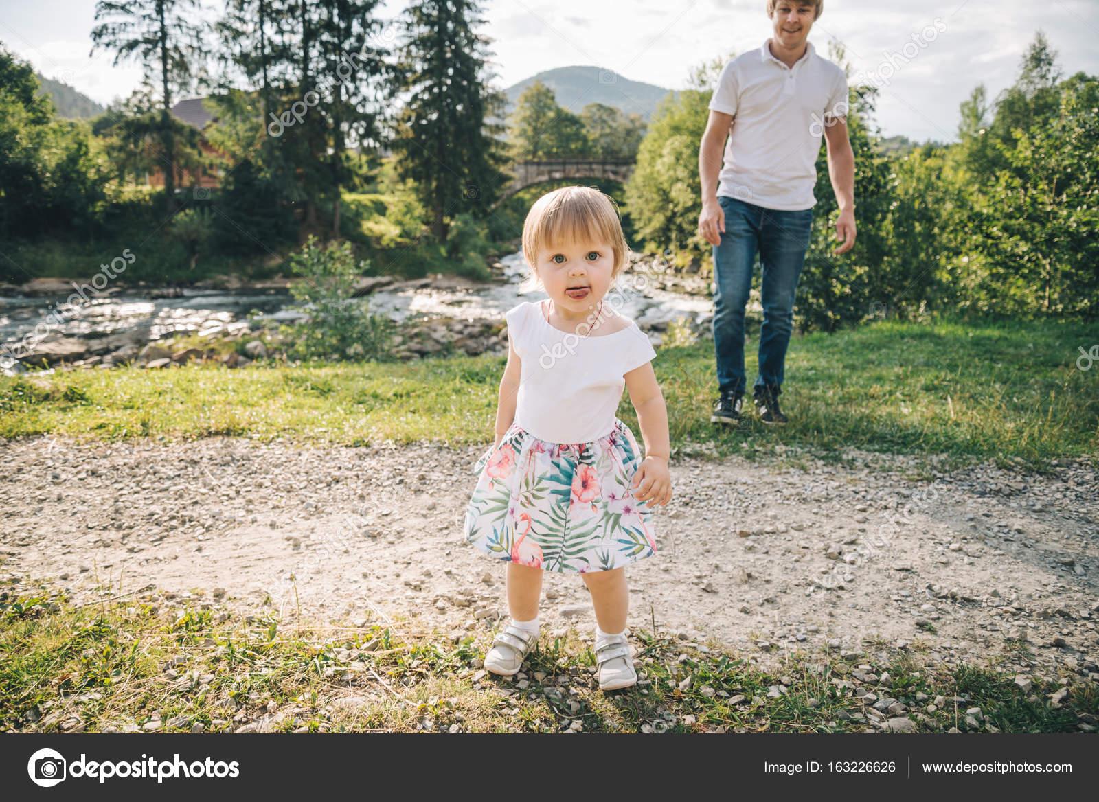 Daughter run to fathers hug — Stock Photo © Vera_Petrunina