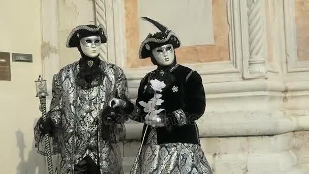 Benátky, Itálie - 19 února 2017: Karnevalové masky a kostýmy pár pózy