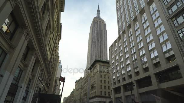 New York, Usa - April14 2017: The Empire State Building nízký úhel zobrazení street view