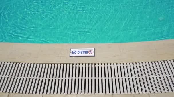 Venkovní bazén bez sebemenšího potápění.