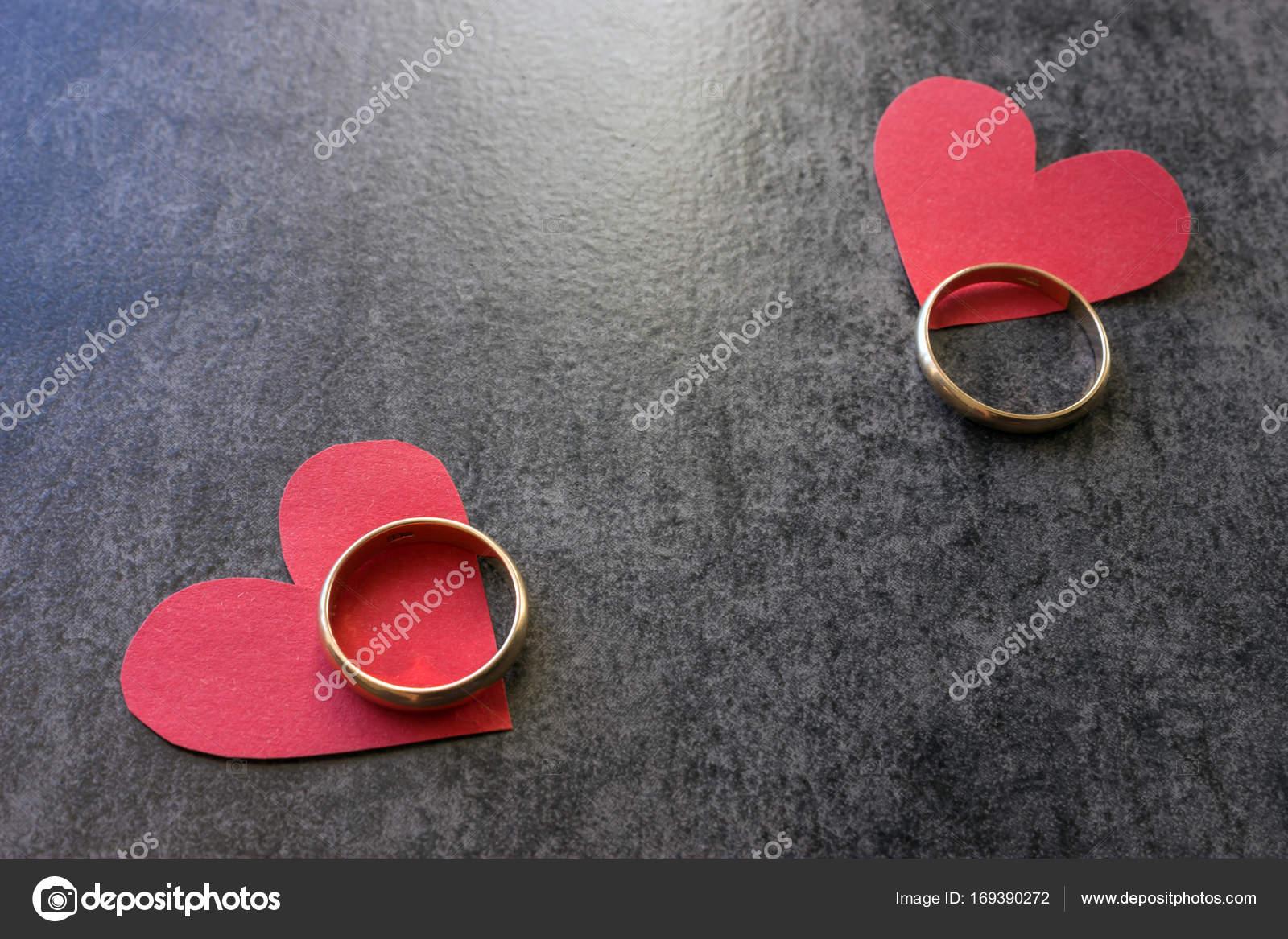 Snubni Prsteny A Cervene Srdce Cerne Pozadi Stock Fotografie