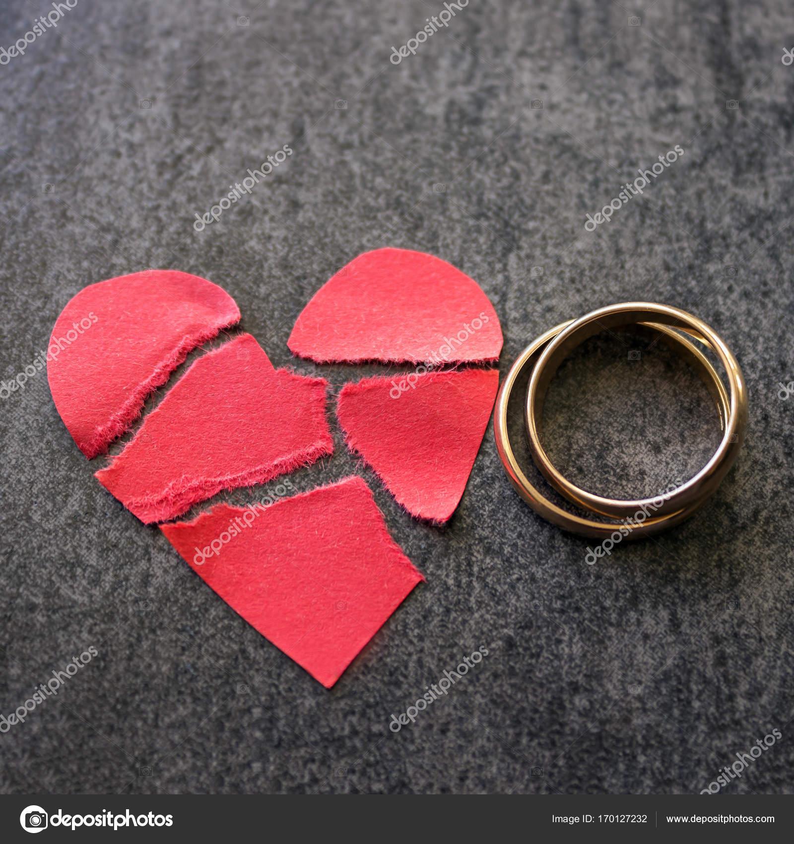 Snubni Prsteny A Rozbite Cervene Srdce Cerne Pozadi Conce Stock
