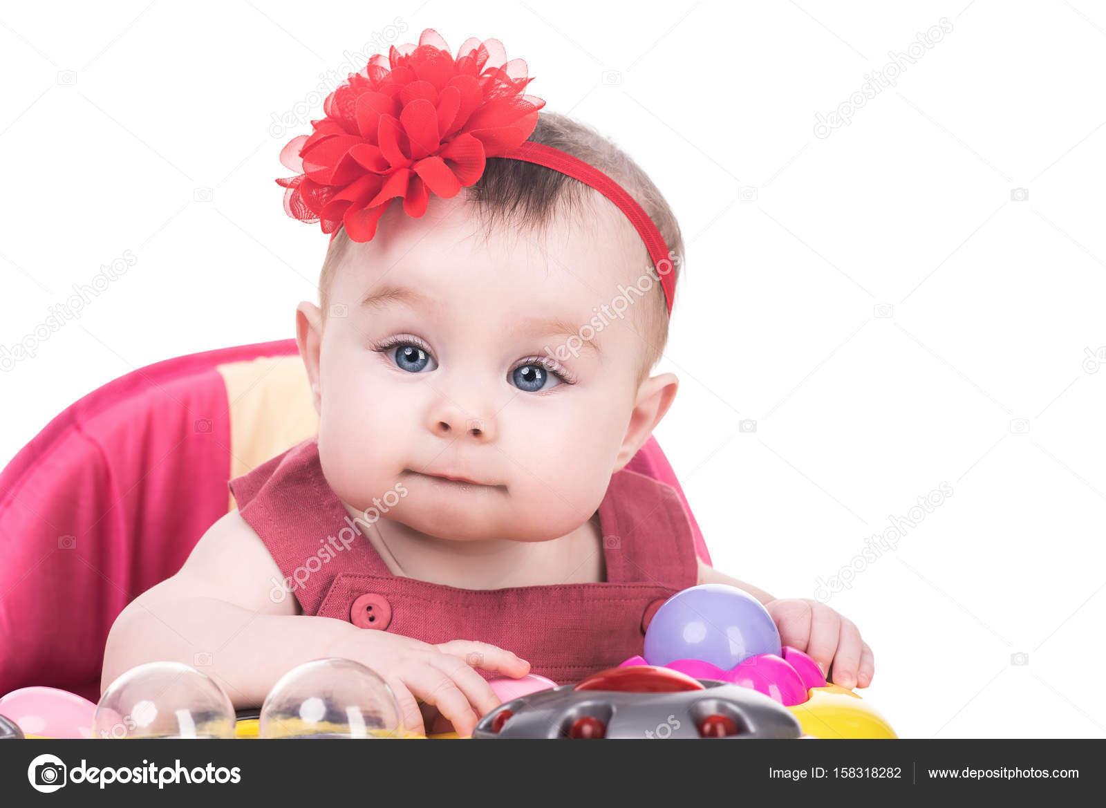 37523bc6b1851e Lachende schattig babymeisje met blauwe ogen dragen rode jurk en rode boog  op haar hoofd