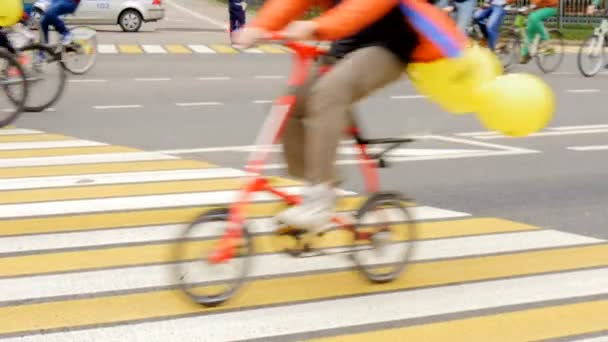 Mnoho lidí jsou na koni kola v ulicích města.