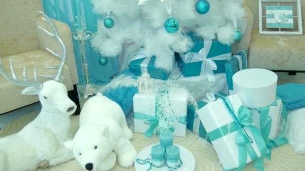 díszített karácsonyfa alatt ajándékok.