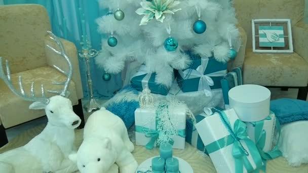 dárky pod stromeček zdobený