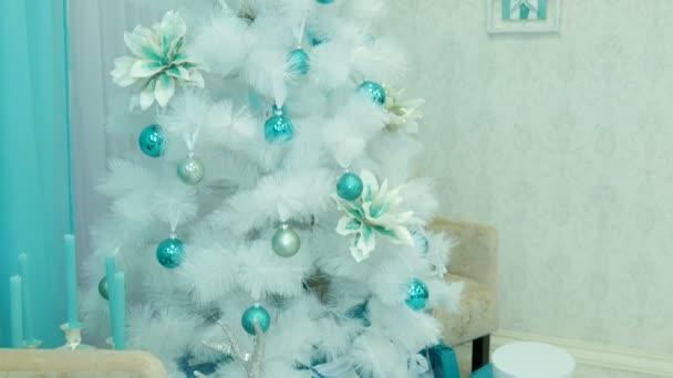 Warum Wird Der Weihnachtsbaum Geschmückt.Weißer Weihnachtsbaum Geschmückt Mit Geschenken