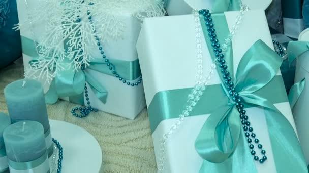 Díszített karácsonyfa alatt ajándékok. közeli kép: