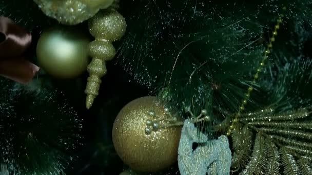 Zlaté ozdoby na vánoční stromeček