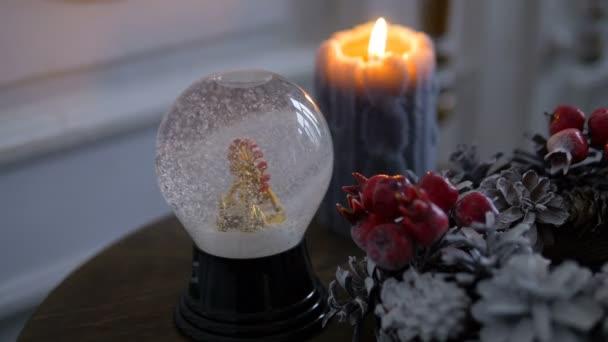 Decorazioni di Natale. Sfera di cristallo magico lucida. La neve cade sulla città