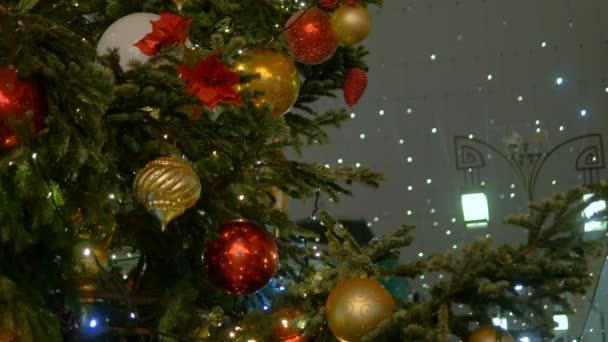 Karácsonyi fenyő fa díszített Szilveszter labda