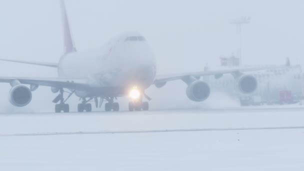 Moskva, Rusko 12 prosince 2016: Letecká společnost Asiana nákladu. Boeing 747 přistál na letišti Domodědovo. Jízdy na dráze.