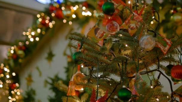 Weihnachtsspielzeug hängt am Weihnachtsbaum. Farbige Girlanden. Die Stadt ist weihnachtlich geschmückt.