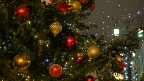 Vánoční jedle zdobené novoroční ples