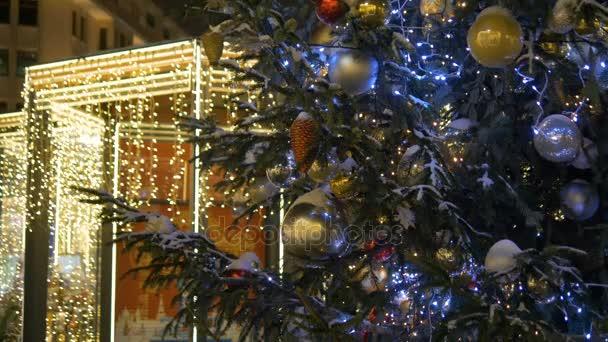 Vánoční strom zdobí krásné kuličky. Město v osvětlení.