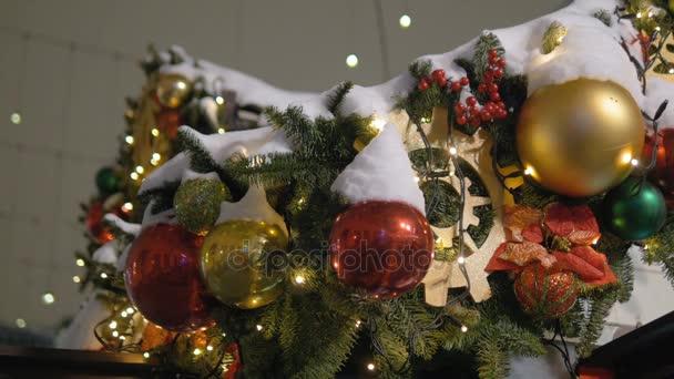 Boże Narodzenie Dekoracyjne Kule Wiszące Na Drzewie Na Tle świateł Girlanda