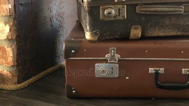 Dva staré kufry jsou na polici.