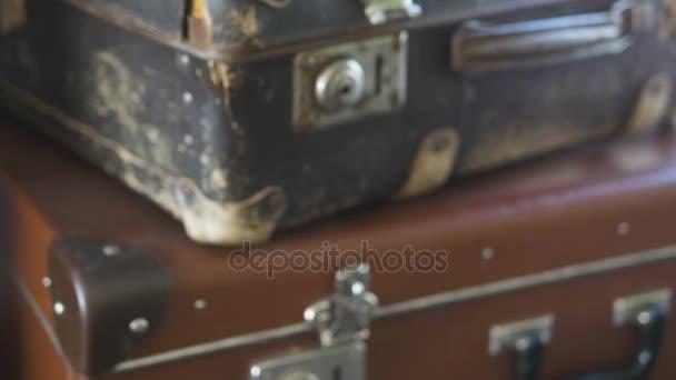 Vár régi szakadt bőrönd, zoom kamera