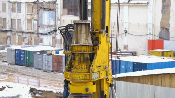 Stavební práce na staveništi. Dělání otvorů pro nadmořskou výšku ložiska