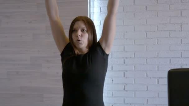 Mladá dívka atlet provádí cvičení s činkami na těžký trénink v posilovně. Zpomalený pohyb