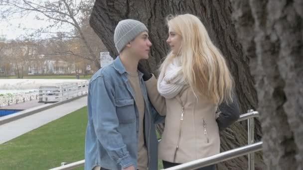 Krásná sexy blondýnka a její chlapec frend mluví na datum. Veselý rozhovor, smích a radost. Za krásného slunečného dne