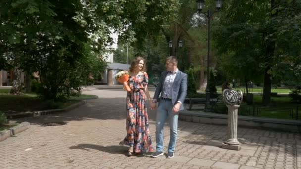 Nádherný romantický pár se projít do parku. Datum. Zpomalený pohyb