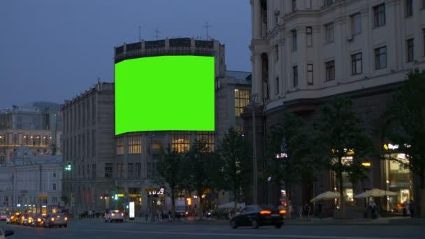 Velký billboard, na staré budovy na rušné ulici. Zelená obrazovka.