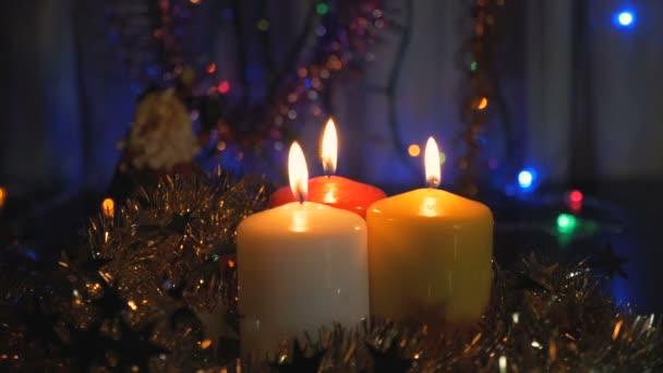 Neue Jahre Kerzen und Weihnachtsschmuck. Unscharfen Hintergrund mit bunten Lichtern