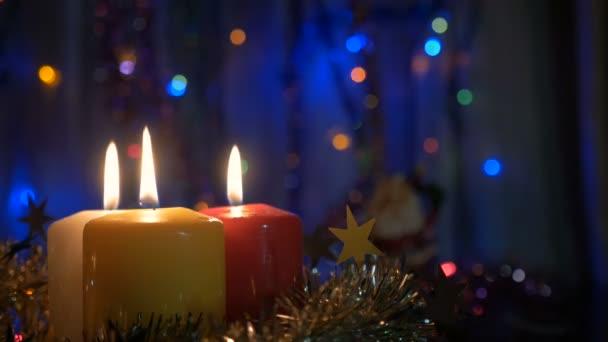 Nová let svíčky a vánoční ozdoby. Rozmazané pozadí s barevnými světly