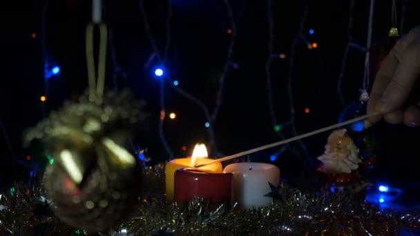 Zapálení novoroční svíček, dlouhý zápas. V předvečer Vánoc. Domácí dovolená