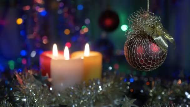 Kerstdecoraties Met Rood : Kerst decoraties rode bal. mooie achtergrond met knipperende